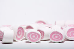 Rosa marshmellow på den vita bakgrunden arkivfoto
