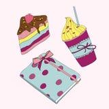 Rosa Mädchensatz. Süßer kleiner Kuchen, Kaffee und Notizbuch Stockfotografie