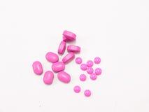 Rosa medicin på vit bakgrund som isoleras med kopieringsutrymme Royaltyfri Fotografi