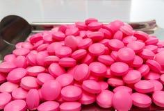Rosa medicinkapslar på rostfritt stål förgiftar magasinet, preventivpillerar och S Arkivbilder