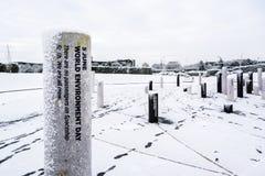Rosa minnesdagenpelare för MK som täckas av snö 1 royaltyfri foto
