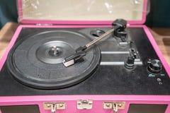 Rosa modern vinylspelare på trätabellen arkivbild