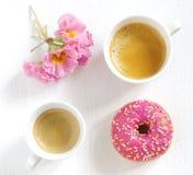 Rosa munk och kaffe Fotografering för Bildbyråer