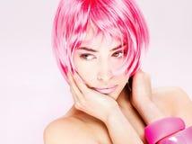 rosa nätt kvinna för hår royaltyfria foton
