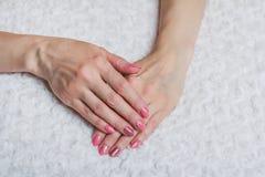 Rosa Nagelkunst mit Blume auf Gewebe Stockfotos