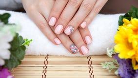 Rosa Nagelkunstmaniküre Schönheitshände Stilvolle Nägel, Nailpolish Stockbild