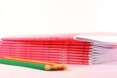Rosa Notizbücher und Bleistifte Stockbilder