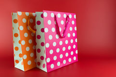 Rosa och orange polkadotgåvapåsar Arkivbild