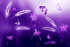 Rosa och purpurfärgade fjärilar mot en bakgrund av lösa blommor i purpurfärgade och violetsignaler Konstnärlig ultraviolett natur Arkivbild