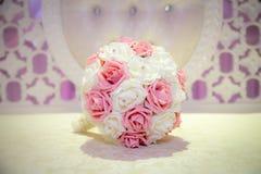 Rosa och vit bröllopbukett Royaltyfri Foto