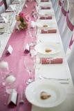 Rosa och vit brölloptabell Arkivbild