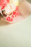 Rosa och vit bukett av blommor på träbakgrund Royaltyfria Foton
