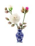 Rosa och vit nylontygblomma i blå keramisk vas på isolatvitbakgrund Arkivbilder