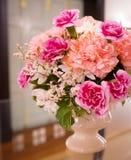 Rosa och vita blommor för garnering arkivbilder