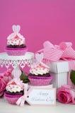 Rosa och vita muffin för lycklig moderdag Fotografering för Bildbyråer