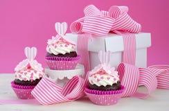 Rosa och vita muffin för lycklig moderdag Royaltyfri Fotografi