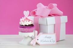Rosa och vita muffin för lycklig moderdag Arkivfoto