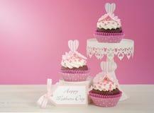 Rosa och vita muffin för lycklig moderdag Arkivbilder