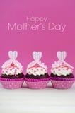 Rosa och vita muffin för lycklig moderdag Arkivfoton