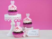 Rosa och vita muffin för lycklig moderdag Arkivbild