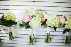 Rosa och vita pionbröllopbuketter Royaltyfri Fotografi