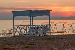 Rosa-orange Sonnenuntergang auf dem Meer Lizenzfreie Stockfotos