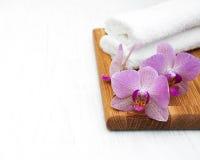 Rosa orkidér och handdukar Fotografering för Bildbyråer