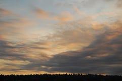 Rosa, oro e nuvole grige ad alba Fotografie Stock Libere da Diritti