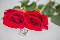 Rosa, pérola e anel de diamante Foto de Stock Royalty Free