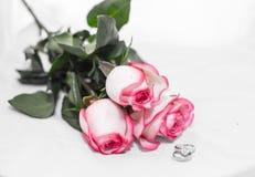 Rosa, pérola e anel de diamante Foto de Stock