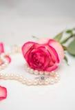 Rosa, pérola e anel de diamante Fotos de Stock