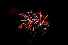 Rosa púrpura verde rojo de la celebración de los fuegos artificiales del fuego artificial Foto de archivo libre de regalías