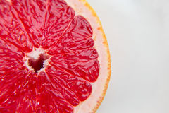 Rosa Pampelmuse der Frucht im Schnitt Ein Vitaminprodukt Gesundes Essen Stockfoto