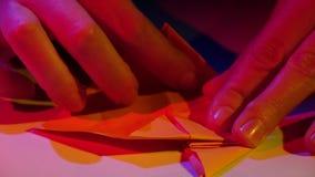 Rosa Papierorigami nahaufnahme stock video
