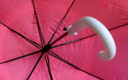 Rosa paraply som från inre skjutas arkivbild