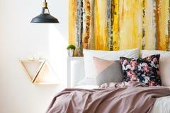 Rosa pastellfärgad sängkläder arkivbild