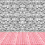 Rosa pastellfärgperspektiv för Wood golv på sänka för grå färger för tegelstenvägg Royaltyfri Bild