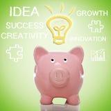 Piggy Bank mit Ideen-Glühlampe Lizenzfreie Stockfotografie
