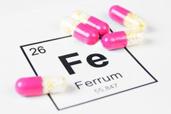 Rosa Pillen mit Mineralf.e. Ferrum auf einem weißen Hintergrund mit a Lizenzfreie Stockbilder