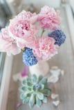 Rosa pion och hyacint fotografering för bildbyråer