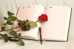 Rosa, planificador y pluma del rojo Imágenes de archivo libres de regalías