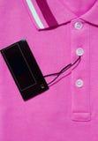 Rosa poloT-tröja och tom etikett Royaltyfria Bilder