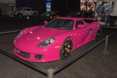 Rosa Porsche Carrera GT på skärm under auto show för LA royaltyfria foton