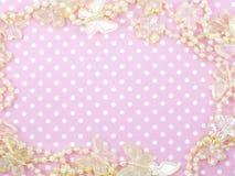 Rosa prickbakgrund och butterflied garnering royaltyfri foto