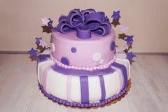 Rosa purpurfärgad fondan födelsedagkaka med stjärnor och pilbågen Royaltyfria Foton