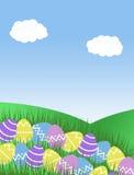 Rosa purpurrote gelbe und blaue Ostereier und Hügel blauer Himmel des grünen Grases und Wolkenhintergrundillustration Stockfoto