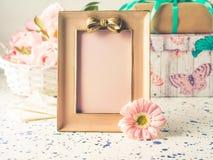 Rosa ram med pilbågen och blommor, gåvaask arkivfoton