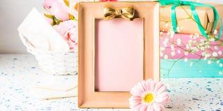 Rosa ram med pilbågen och blommor, gåvaask royaltyfri bild