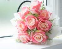 Rosa, ramalhete das flores artificiais Fotografia de Stock