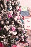 Rosa Raum mit Dekoration des Weihnachtsneuen Jahres Stockfoto